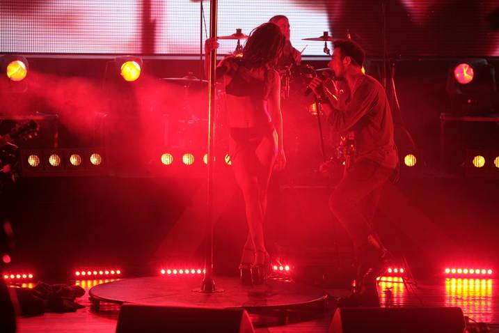 """Striptease pe scena concertului """"Vunk la Inaltime"""""""
