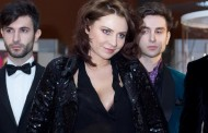 Adina Buzatu cu sânii pe afară la un târg de nunţi