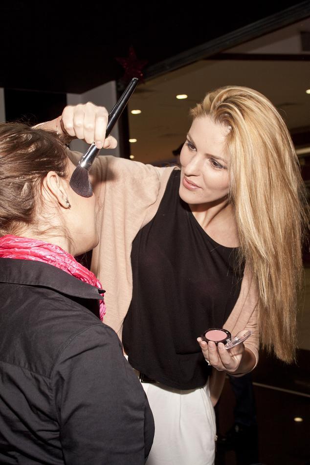 Denisa Nechifor este make-up artist cu acte in regula