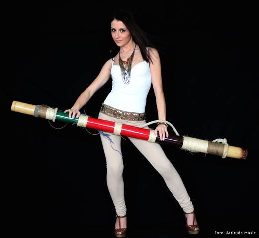 Betty Stroe introduce in show-ul sau Didgeridoo-ul un instrument exotic, mai inalt decat artista!!!!