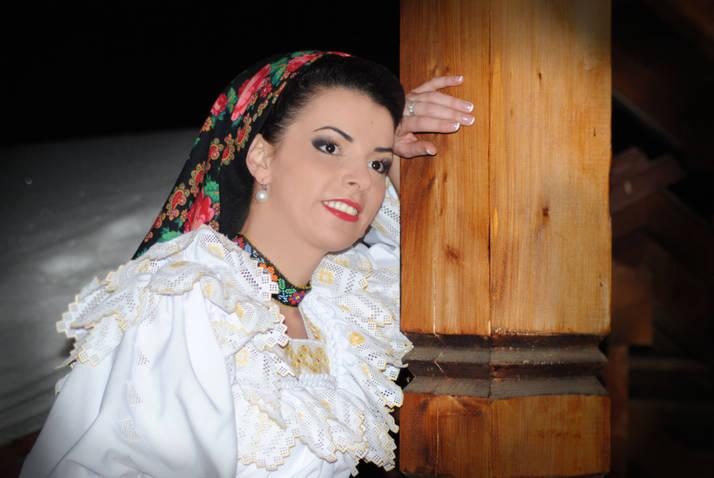 Maria Luiza Mih isi apreteaza camasa cu fixativ