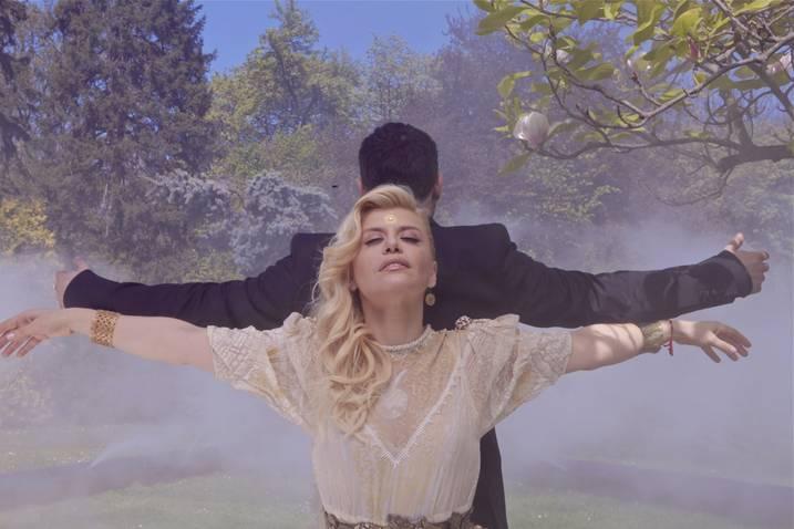 """Loredana a lansat videoclipul """"Ochii din vis"""" pe facebook"""