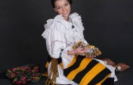 Maria Luiza Mih, cantareata de muzica populara cu microfon imbracat cu cristale Swarovski!