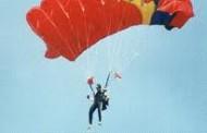 Incident la un miting aviatic: Un paraşutist a căzut în mulţime, rănind un copil