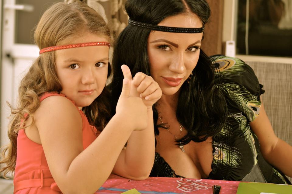 Rocsana Marcu isi duce fetita in Egipt