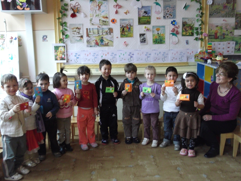 "Copiii din campusul social ""Henri Coanda"" au confectionat felicitari de 8 Martie"