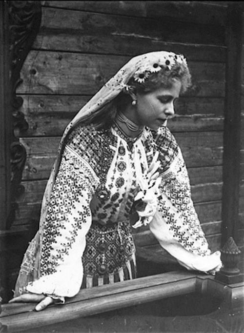Faimoasele fotografii de arhivă ale Reginei Maria în tradiţionala ie românească, într-un vernisaj la Galateca!