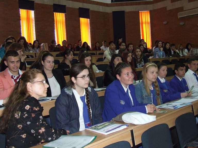 """Sesiunea de comunicări ştiinţifice pentru elevi """"Noi şi Economia"""" la Universitatea Ovidius din Constanta"""