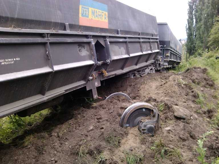 Autoturism intrat in gabaritul caii ferate, la Jibou
