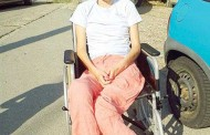 La 23 de ani este in scaun cu rotile