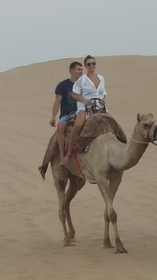 Creatoarea de modă Andreea Dogaru a mers cu cămila prin deșert!