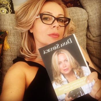 """Dana Săvuică își lansează cartea de debut """" Din călătoriile unei femei cu suflet de copil"""""""