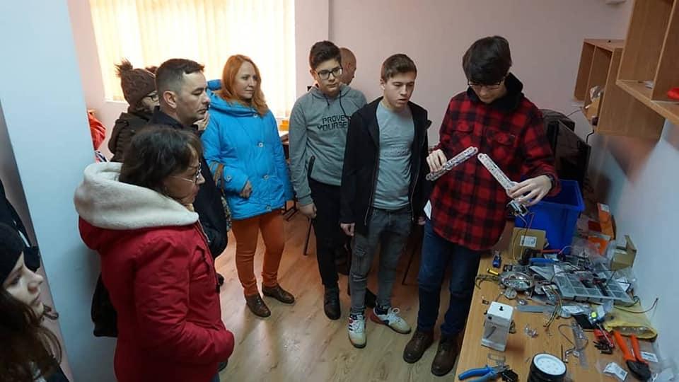 """Primul club de robotică din Medgigia. Elevii participă la """"FIRST Tech Challenge"""" – Campionatul internațional de robotică"""
