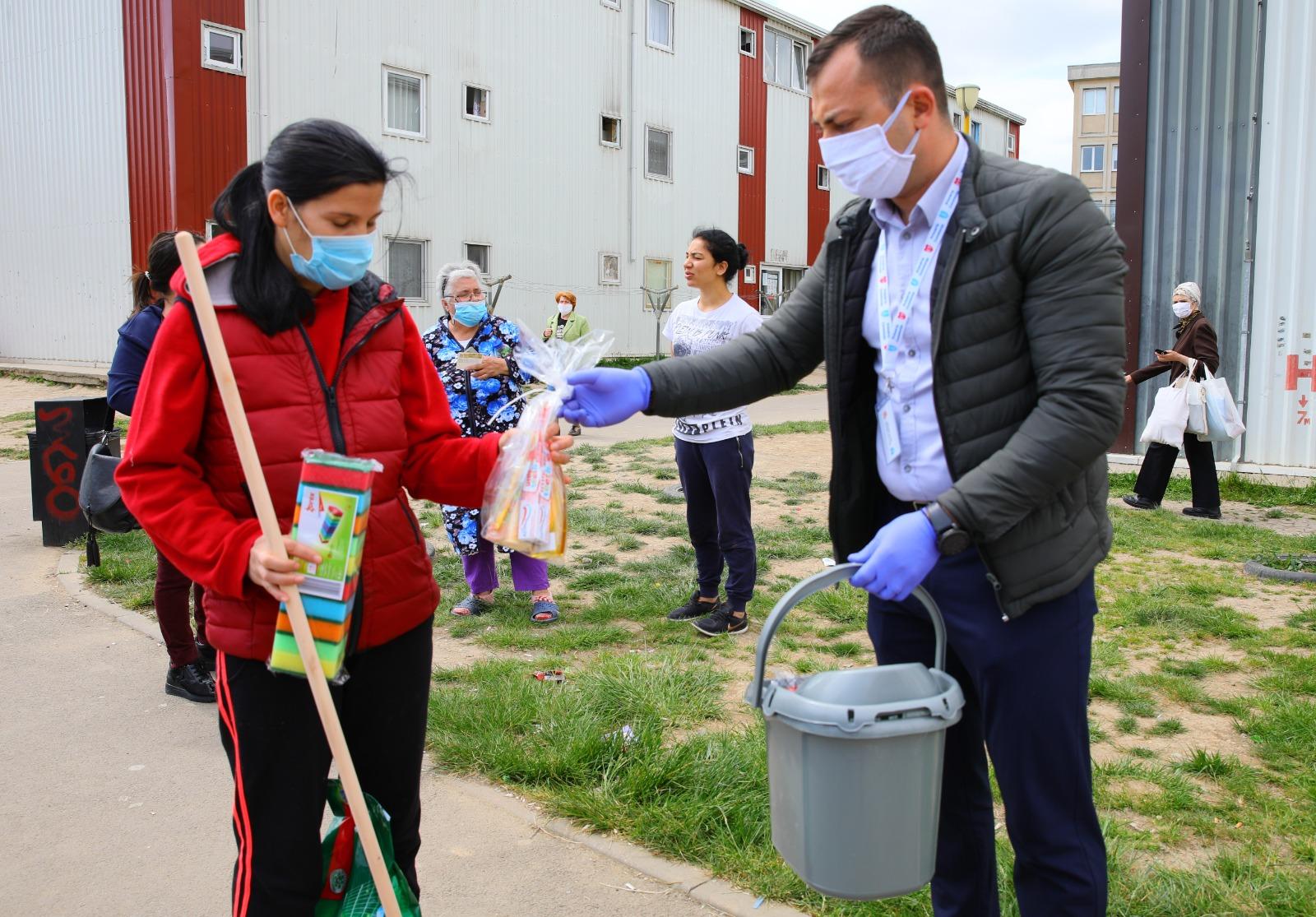 Distribuire kit-urile de igienă personală și pentru îngrijirea locuinței